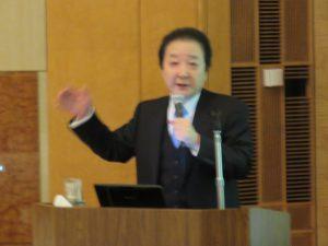講演する山形大学医学部次世代型重粒子線治療装置研究開発室 嘉山孝正室長