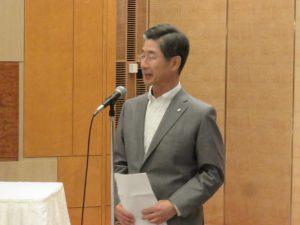 挨拶する鈴木隆一代表幹事