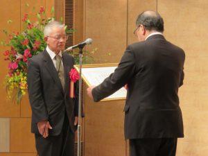 県知事賞を受賞した黒沢峠敷石道保存会の保科一三会長