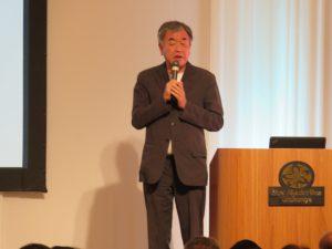 講演する建築家、東京大学教授の隅研吾氏